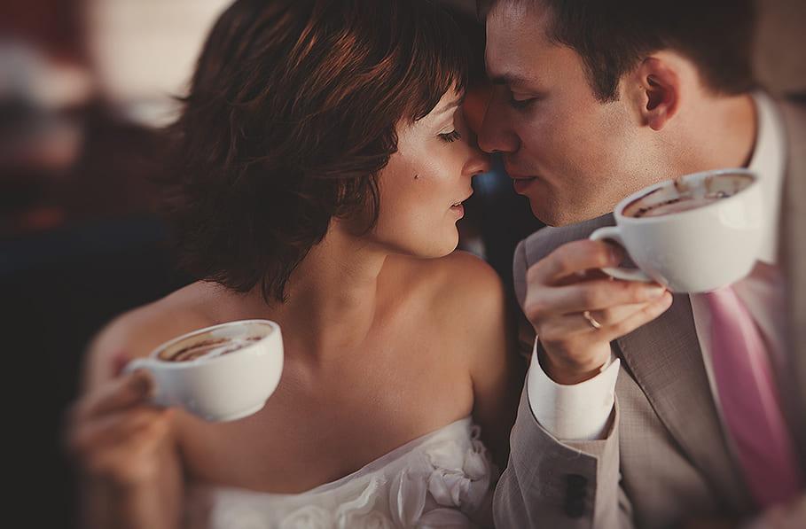 двое пьют кофе картинка обманом приманивает бедного