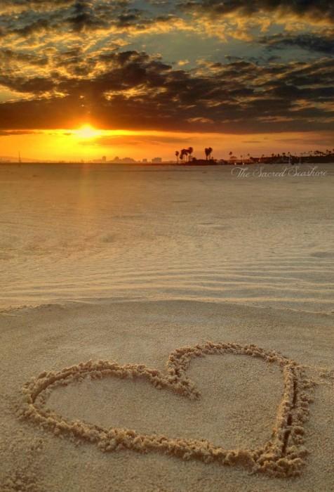 картинки сердце на песке некоторых снимках актриса