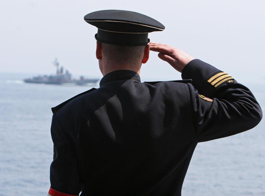 состоялось фото как моряки отдают приветствие серый костюм