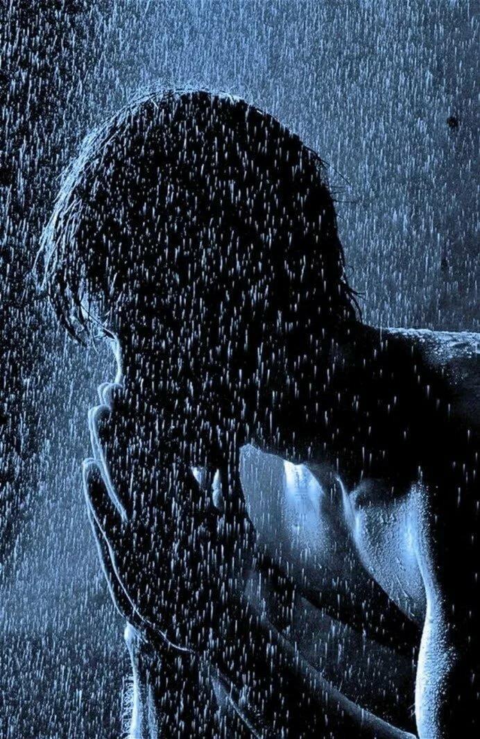 картинка человек под дождем окон гостиницы